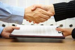 Les associés sont contrat de poignée de main et d'échange ensuite Photos stock