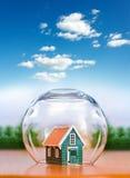Les assurés logent sous la sphère en verre Photos libres de droits