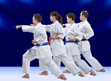 Les athlètes adultes dans le karategi forment le bras de poinçon Photographie stock libre de droits
