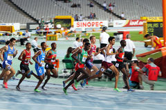 Les athlètes concurrencent dans les 1500 mètres finaux Images libres de droits