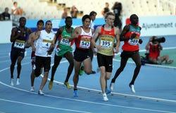 Les athlètes concurrencent dans les 800 mètres finaux   Photographie stock