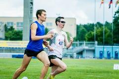 Les athlètes d'hommes aveugle courent 800 mètres Photo stock