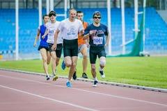 Les athlètes d'hommes aveugle courent 800 mètres Photographie stock libre de droits
