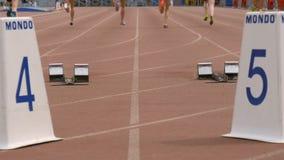 Les athlètes de femmes de groupe commencent et courent au sprint banque de vidéos