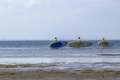Les athlètes de navigation vont avec des planches de surf sur le fond ville été en juillet 2018 Russie photo libre de droits