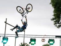 Les athlètes de saut de BMX affichent que là déménage images stock