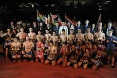 Les athlètes et les fonctionnaires posent pour une photo de groupe Images stock