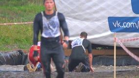 Les athlètes saute dans l'eau de 4 mètres de taille clips vidéos