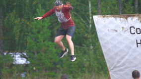 Les athlètes saute dans l'eau de 4 mètres de taille banque de vidéos