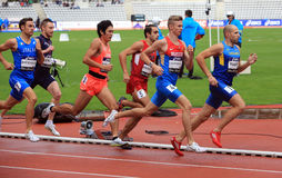 Les athlètes sur les 800 mètres emballent sur les jeux de plein air internationaux de DecaNation Photo stock