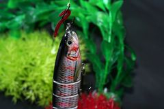 Les attraits artificiels ont fait du métal ou des morsures en plastique sur l'amorce artificielle pour les poissons frits image stock