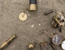 Les attributs de la navigation maritime dans le sable, la vue de Photographie stock
