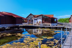 Les au sol gentils avec du charme d'hôtel avec la villa loge la position en eau de mer naturelle le beau jour ensoleillé Photos libres de droits