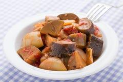 Les aubergines cuites cuites en plan rapproché de plat ont servi sur la serviette de toile Photographie stock libre de droits