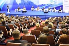 Les auditeurs attentifs regardent l'étape la petite entreprise de forum Photos stock