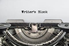 Les auteurs bloquent le texte dactylographié sur une machine à écrire de vintage images stock