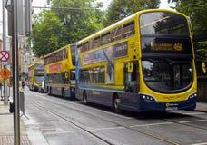 Les autobus modernes de transport en commun sur le ` s de St Stephen verdissent Dublin Ireland photos libres de droits