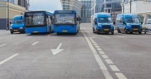 les autobus se déplacent le long d'une avenue à plusieurs voies images libres de droits