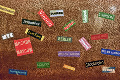 Autocollants d'étiquette de pays sur une valise de voyage Images libres de droits