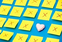 Les autocollants de couleur avec échoue et un jouet de forme de coeur Photos stock