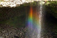 Les automnes d'arc-en-ciel est une cascade située dans Hilo, Hawaï Images libres de droits