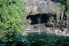 Les automnes d'arc-en-ciel est une cascade située dans Hilo, Hawaï Photo stock