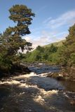 Les automnes de Dochart chez Killin regardant en amont Image stock