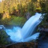 Les automnes de Sahalie est premier des trois cascades principales de la rivière de McKenzie, au coeur de la réserve forestière d photos libres de droits