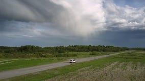 Les automobiles conduisent lentement le long de la vue aérienne grise de route goudronnée banque de vidéos