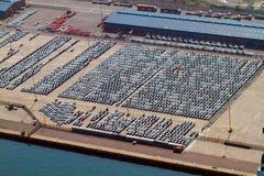 Les automobiles ont stationné au port photos libres de droits