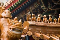 Les avant-toits de la construction de type chinois, avec la statue Image stock