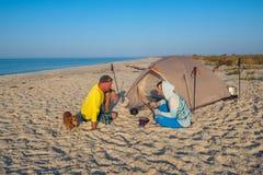 Les aventuriers détendent à côté de la tente Photo stock