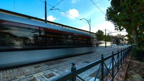 Les avenues de Florence avec le trafic des voitures et des trams à la soirée Timelapse banque de vidéos