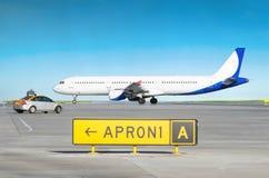 Les avions à l'aéroport après le débarquement et la voiture de service d'aéroport avec l'inscription me suivent Photos stock