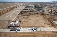 Les avions à réaction ont stationné sur la piste de roulement photo stock