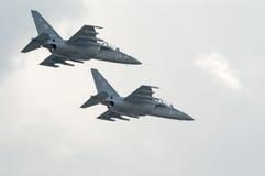 Les avions-écoles de l'attaque Yak-130 volent dans la formation Photographie stock libre de droits