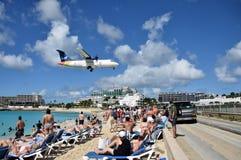 Les avions débarquent au-dessus de Maho Beach photographie stock libre de droits