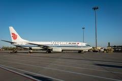 Les avions d'Air China Airbus ont débarqué sur la piste à l'aéroport de Dalian en Chine Images libres de droits