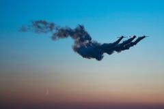 Les avions de cascade montent dans le ciel Photo stock