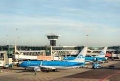Les avions de KLM à l'aéroport de Schiphol, Amsterdam, Pays-Bas Image libre de droits