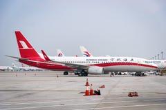 Les avions de Shanghai Airlines ont débarqué dans l'aéroport de Shanghai Pudong, Chine Photographie stock