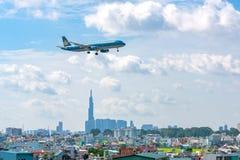 Les avions de transport de passagers d'Aibus a321 de la ligne aérienne du Vietnam volent au-dessus des zones urbaines préparant p image stock