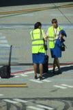 Les avions fournissent de personnel avec leur bagage à l'aéroport Photographie stock libre de droits