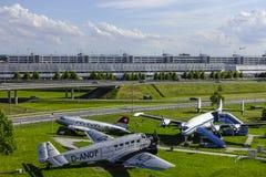 Les avions historiques sur le visiteur se garent à l'aéroport de Munich Image stock