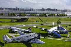 Les avions historiques sur le visiteur se garent à l'aéroport de Munich Image libre de droits