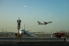 les avions pilotent l'attente de Dubaï Les émirats Airbus A380 de société aéronautique décolle, part dubai Aéroport le 22 janvier Photo libre de droits