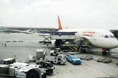 Les avions préparent pour enlever et recevoir des passagers et des voyageurs à l'aéroport international de Suvarnabhumi Photo libre de droits
