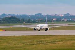 Les avions rayent le SORT roulant au sol sur la piste d'aéroport Images libres de droits