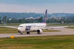 Les avions rayent le SORT roulant au sol sur la piste d'aéroport Photos libres de droits