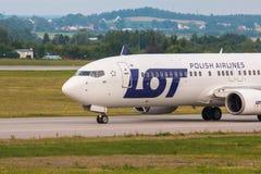 Les avions rayent le SORT roulant au sol sur la piste d'aéroport Image stock